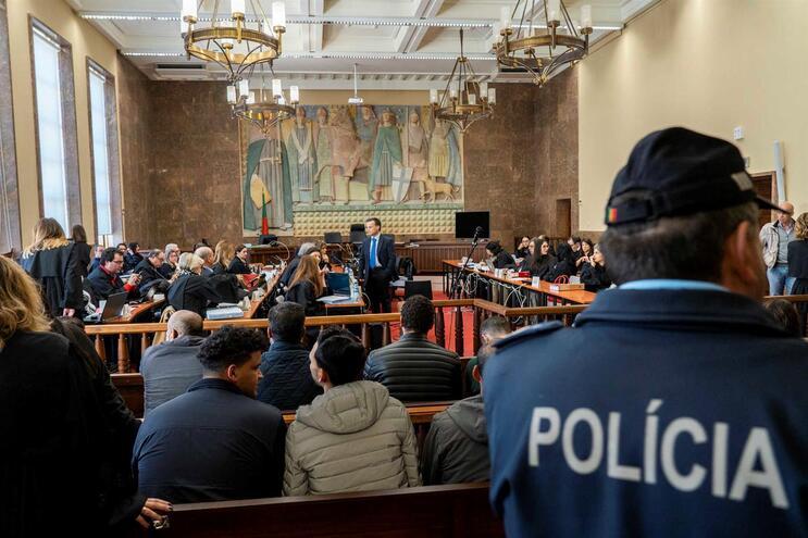 Sala de audiências do tribunal teve obras para caberem arguidos e advogados