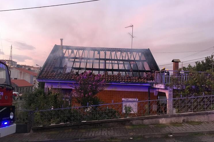Idoso retirado de casa em chamas em Fafe
