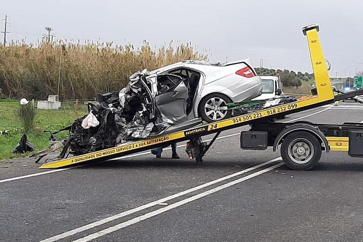 Mercedes onde seguiam as duas vítimas do acidente