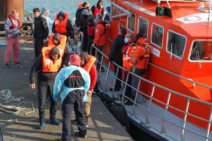 Crianças e bebés entre os 20 migrantes resgatados do mar no norte de França