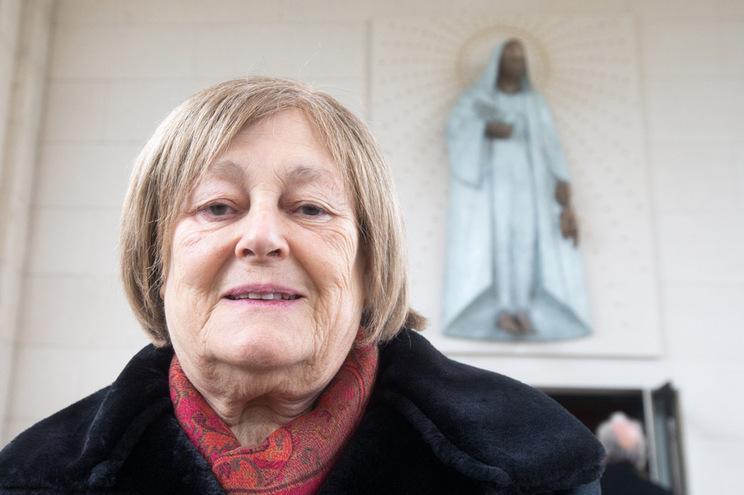 A escultora Clara Menéres posa diante da sua escultura do Anjo da Paz, em Fátima