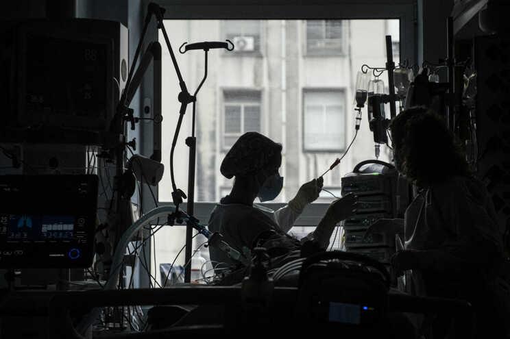 Há 366 doentes com covid-19 hospitalizados (mais nove do que no sábado)