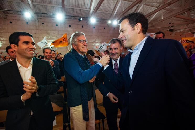 Luís Montenegro cumprimenta Luís Leitão Amaro e Bragança Fernandes na Alfândega do Porto