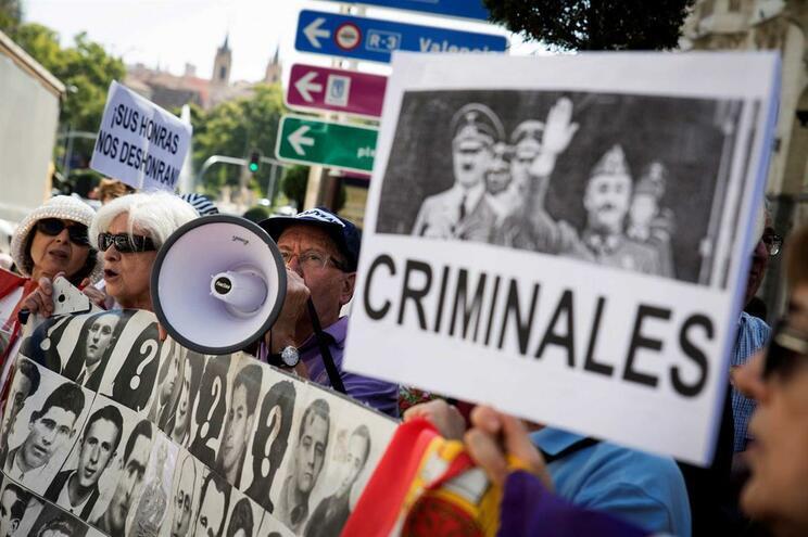 Governo vai decidir para onde exumar corpo de Franco se a família não o fizer