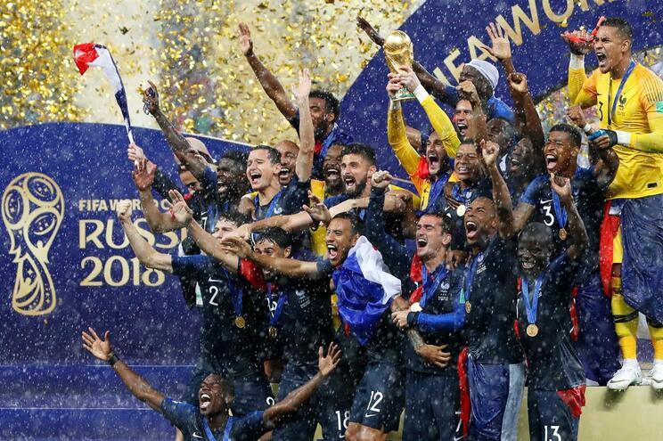 Franceses festejam vitória do Mundial em autocarro decorado por português