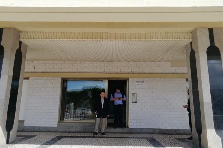 Dois moradores do prédio Coutinho com saída sem restrições