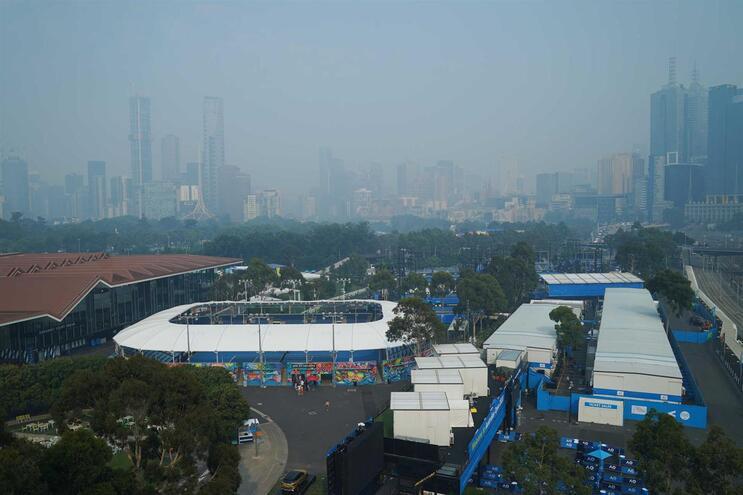 Complexo de ténis do Melbourne Park, em Melbourne, na Austrália, ameaçado pelo fumo dos incêndios que