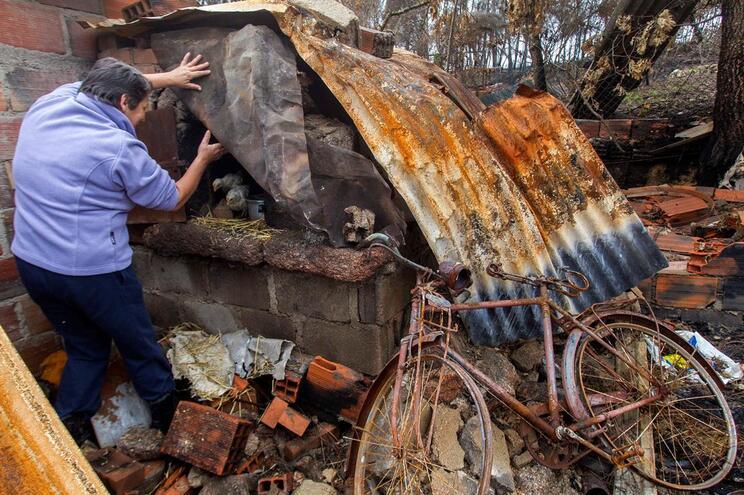 Vítimas dos fogos acusam CCDRC de dificultar apoios para recuperação de casas