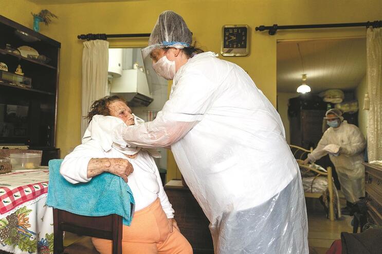 Notícias de infeções por Covid em lares afasta candidatos, diz Cruz Vermelha Portuguesa