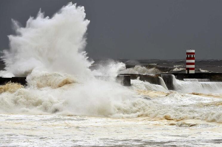Previsão de agitação marítima forte para toda a costa ocidental portuguesa