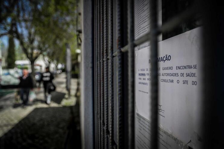 A Escola Básica 2,3 Roque Gameiro foi das primeiras a fechar, após a confirmação de um caso positivo