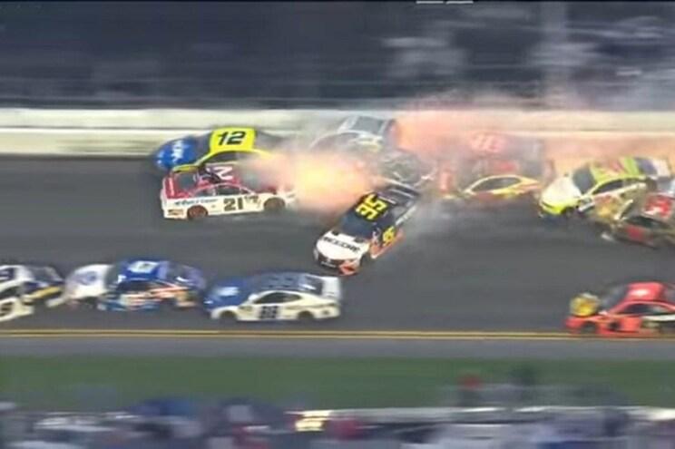 Grande acidente apanha 21 carros em Daytona
