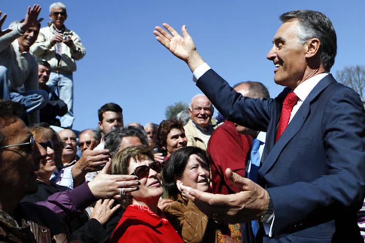 Cavaco Silva cumprimenta a população local durante a visita que efectuou a Chaves