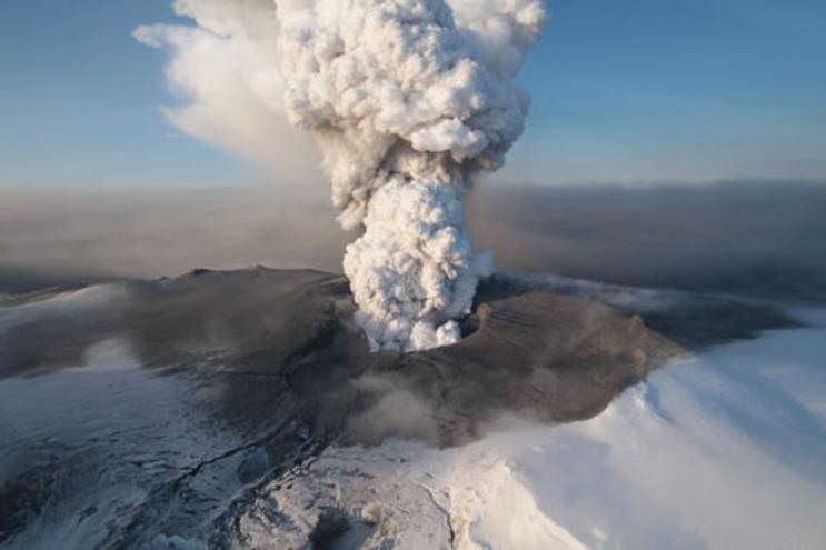 Imagem aérea da cratera do vulcão do glaciar de Eyjafjallajokull