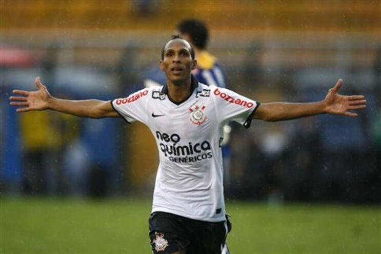 Liedson marca quarto golo em três jogos pelo Corinthians