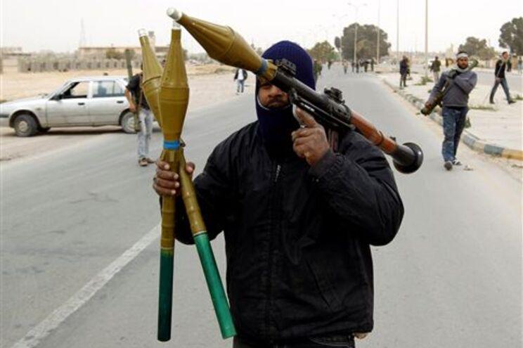 Forças que tentam derrubar Kadafi continuam a lutar