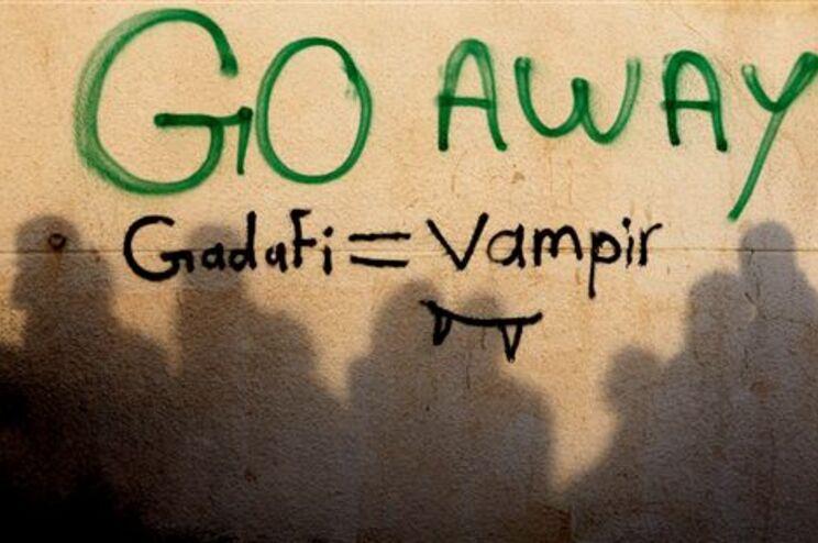 """Pintura numa parede pede que Kadafi """"vá embora"""""""