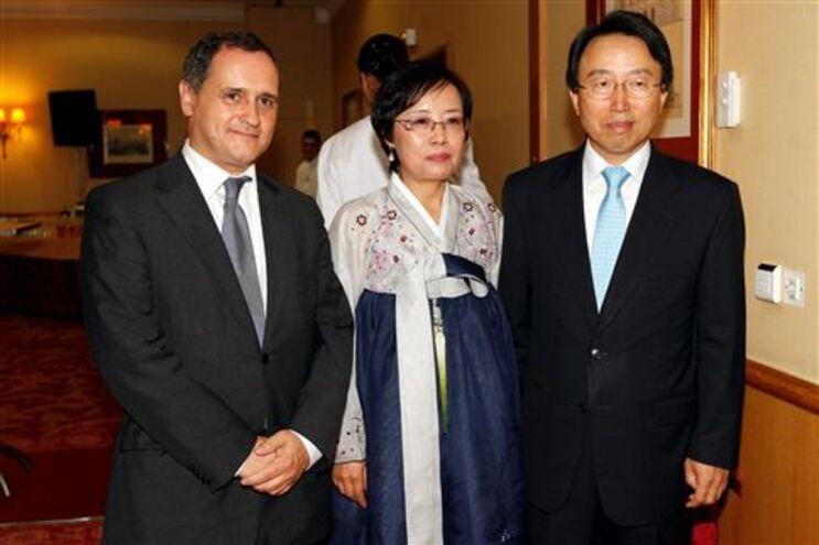 O deputado do PS Paulo Pisco, à esquerda, com o embaixador da Coreia do Sul Kang Dae-Hyun e a esposa