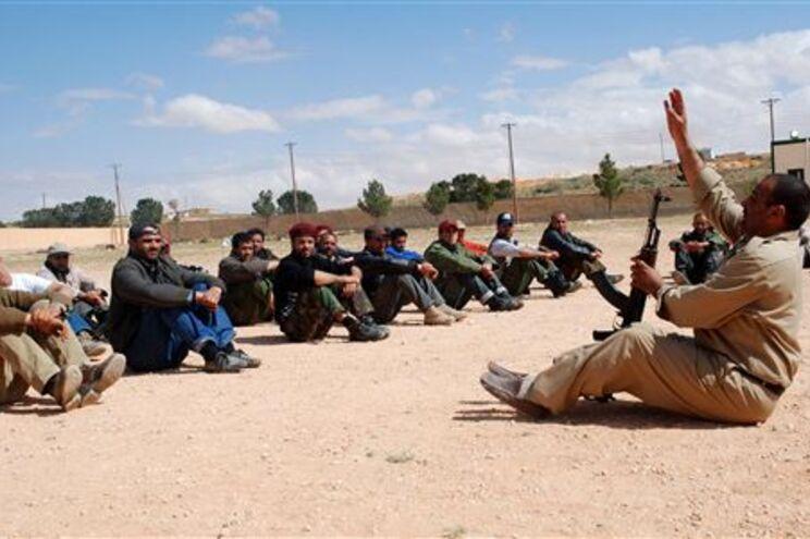 Rebeldes líbios recebem instrução num campo de treino em Zenten, região de Nalut