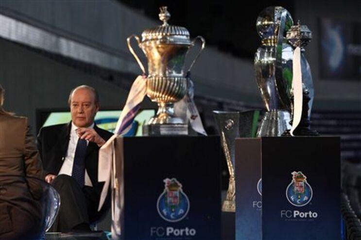Pinto da Costa e os três troféus nacionais conquistados pelo F. C. Porto esta época