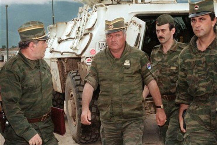 Detido líder sérvio acusado de genocídio