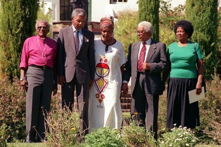 Da esquerda para a direita: Desmond Tutu, Nelson Mandela, Winnie Mandela, Walter Sisulu e Albertina Sisulu