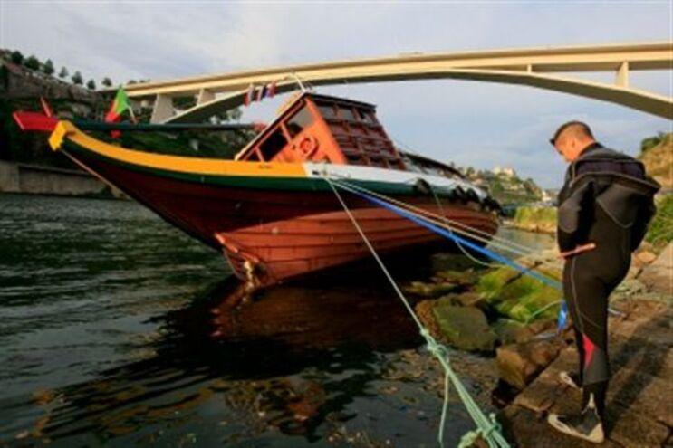 Barco encalhou perto da ponte do Infante