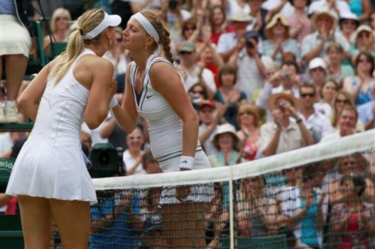 Petra Kvitova cumprimenta Sharapova