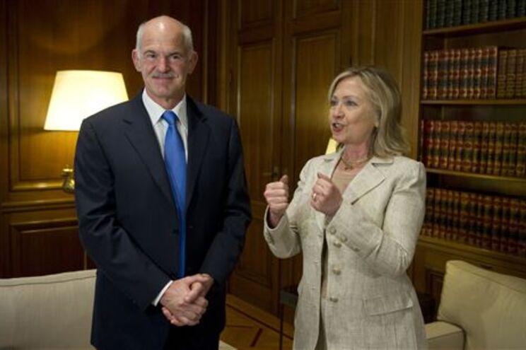 O primeiro-ministro grego George Papandreou com a secretária de Estado norte-americana Hillary Clinton