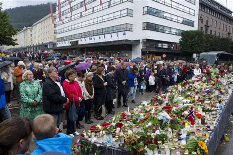 Silêncio em homenagem às 93 vítimas do duplo atentado