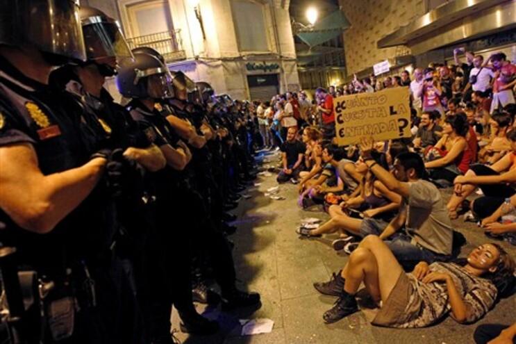 Polícia e 1500 indignados enfrentam-se na Praça do Sol