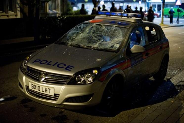 Carro da polícia destruído em Tottenham