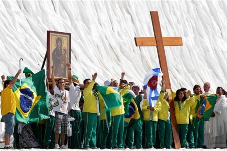 Peregrinos brasileiros receberam a grande cruz de madeira, símbolo das Jornadas
