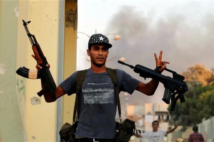 Rebeldes dizem controlar 95% da capital Tripoli, apesar de haver ainda alguma resistência