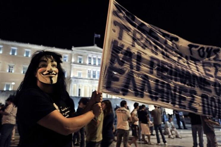 Protestos em frente ao Parlamento grego contra novas medidas de austeridade