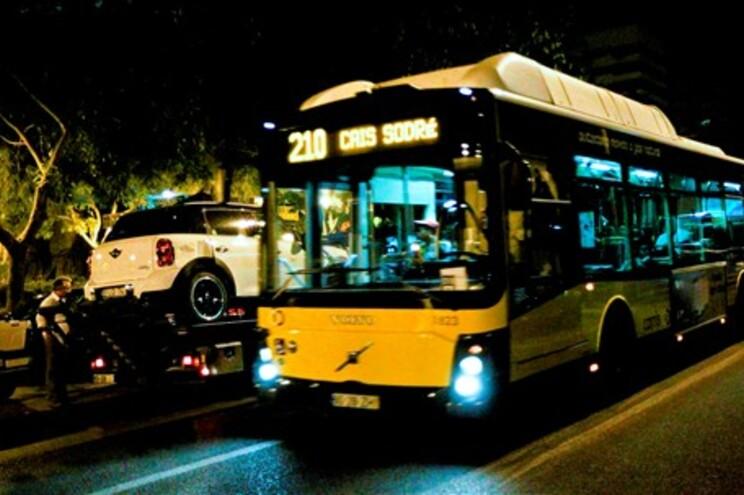 Autocarro da Carris que se despistou e embateu em três viaturas