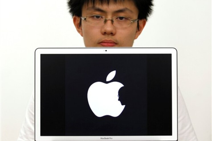 Estudante de design de Hong Kong Jonathan Mak mostra o símbolo da Apple que desenhou, com a efígie de
