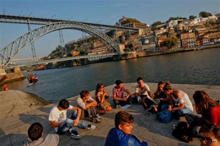 Turistas jovens gostam de visitar Portugal