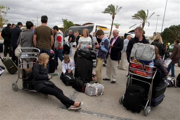 Passageiros obrigados a aguardar voos no exterior do aeroporto