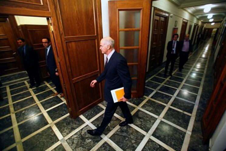 Papandreou à entrada para a reunião deste domingo