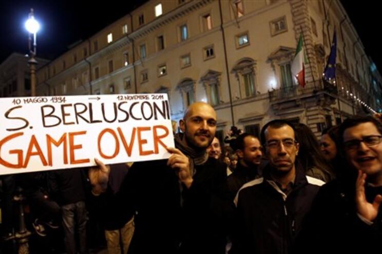 Milhares de manifestantes pedem demissão de Berlusconi