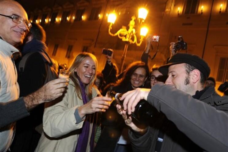 Milhares de italianos celebraram nas ruas a demissão de Berlusconi