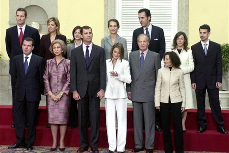 Inaki Urdangarin (primeiro da esquerda na fila de cima) na celebração do noivado de Letizia Ortiz