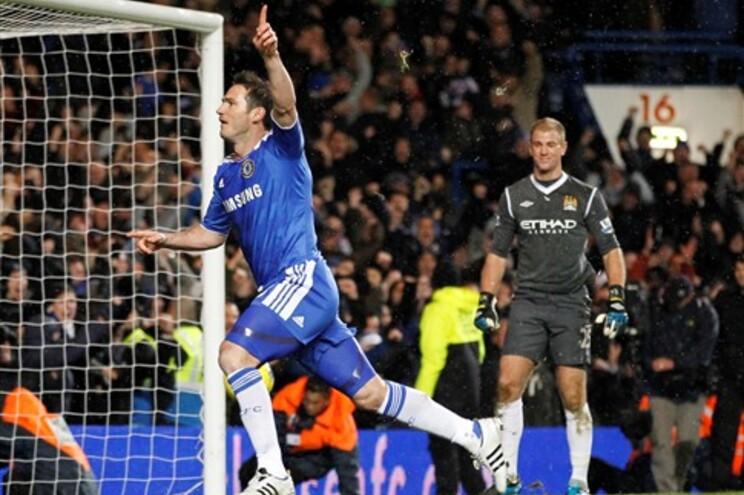 Frank Lampard festeja o golo marcado de penalti ao Manchester City
