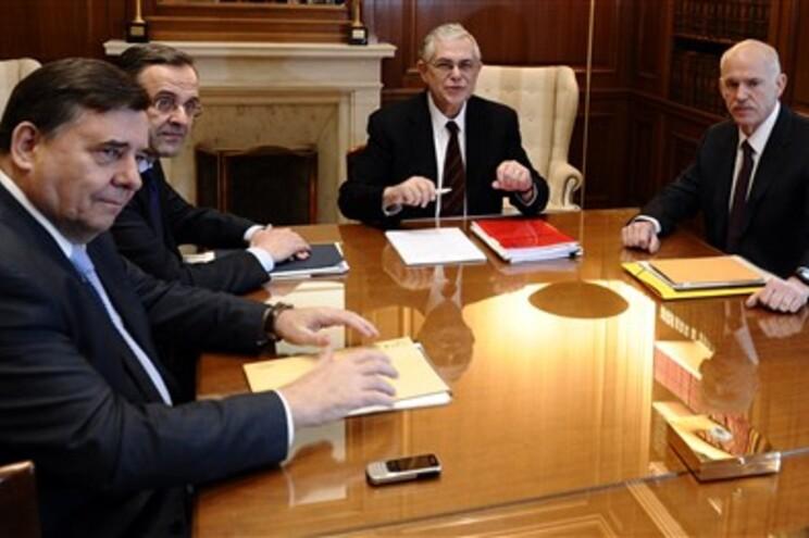 Lucas Papademos (segundo à direita) com George Karantzaferis (esquerda), Antonis Samaras (segundo à esquerda)