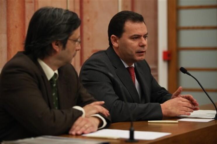 Luís Montenegro, à direita, líder parlamentar do PSD