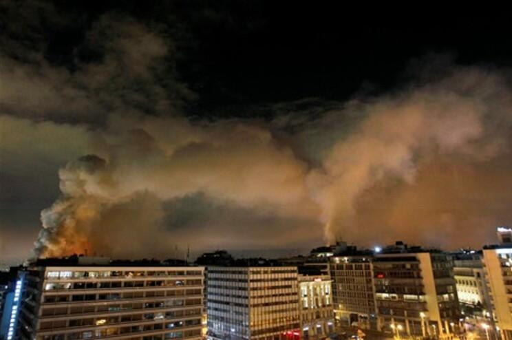 Colunas de fumo erguem-se de prédios em chamas na área circundante à praça Syntagam, centro dos protestos