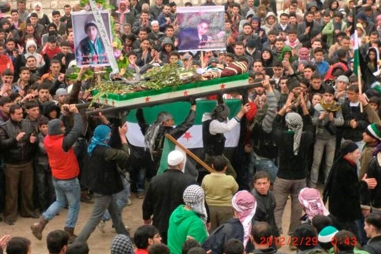 Funeral de um opositor do regime, segundo os rebeldes morto durante uma manifestação