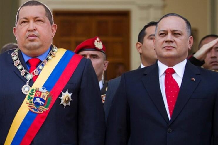 Hugo Chávez numa cerimónia ao lado do presidente da Assmbleia Nacional venezuelana, Diosdado Cabello