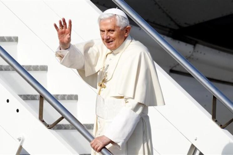 Bento XVI à entrada do avião que o leva até ao México